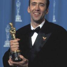 Nic Cage con l'Oscar vinto per Via da Las Vegas