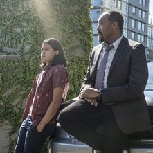 The Flash: gli attori Carlos Valdes e Jesse L. Martin nell'episodio The Man Who Saved Central City