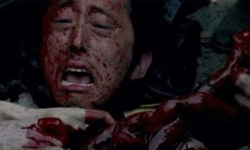 The Walking Dead: Glenn (Steven Yeun) sommerso dai walker in Thank You