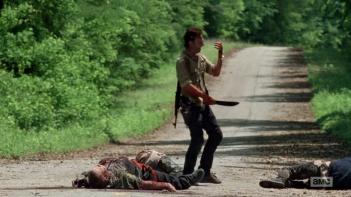 The Walking Dead: Andrew Lincoln osserva la sua mano nell'episodio Thank You