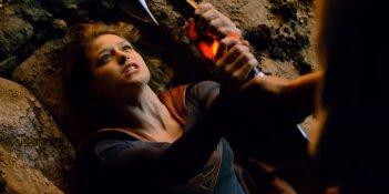 Supergirl: Melissa Benoist in una scena di lotta del pilot