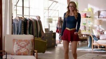Supergirl: Kara (Melissa benoist( prova dei possibili costumi in una scena del pilot