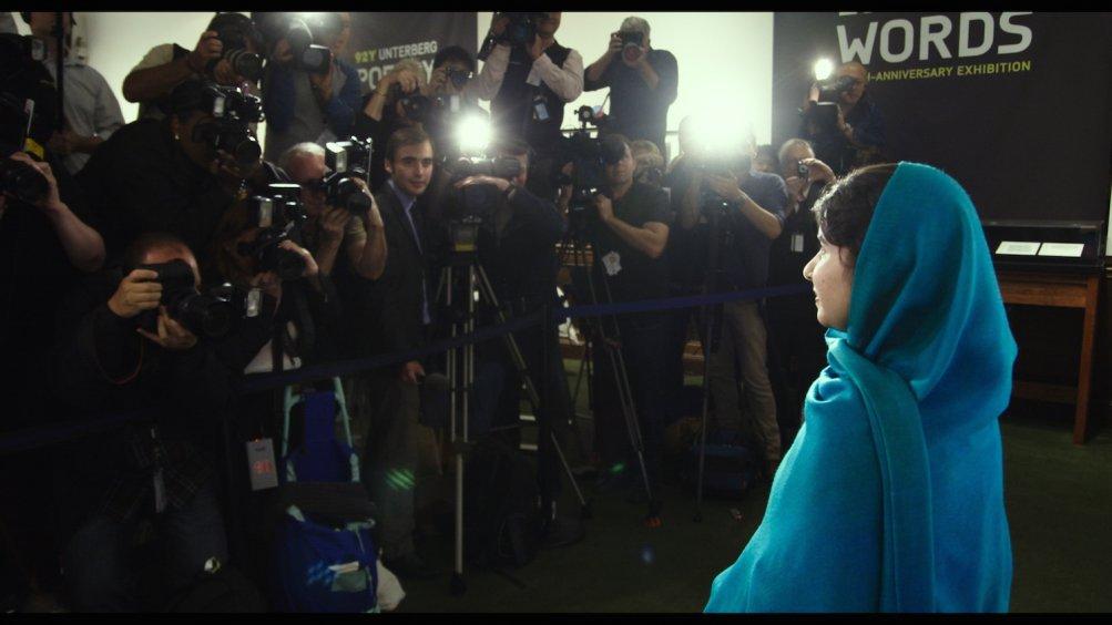 Malala: Malala Yousafzai davanti a fotografi e telecamere in una scena del documentario