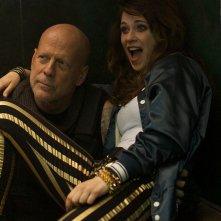 Rock the Kasbah: Bruce Willis e Zooey Deschanel in una scena del film