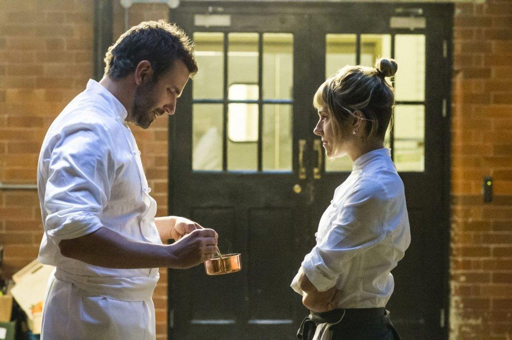 Il sapore del successo: Bradley Cooper e Sienna Miller in un'immagine del film