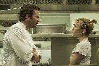 Il sapore del successo: Bradley Cooper e Sienna Miller in una scena tratta dal film