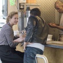Il sapore del successo: Uma Thurman e (di spalle) Bradley Cooper in una scena del film