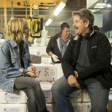 Il sapore del successo: il regista John Wells con Sienna Miller sul set del film