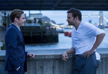 Il sapore del successo: Daniel Brühl e Bradley Cooper in una scena del film