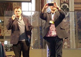 Steven Moffat e Jamie Mathieson in posa alla fine dell'inocntro coi fan a Lucca Comics 2015