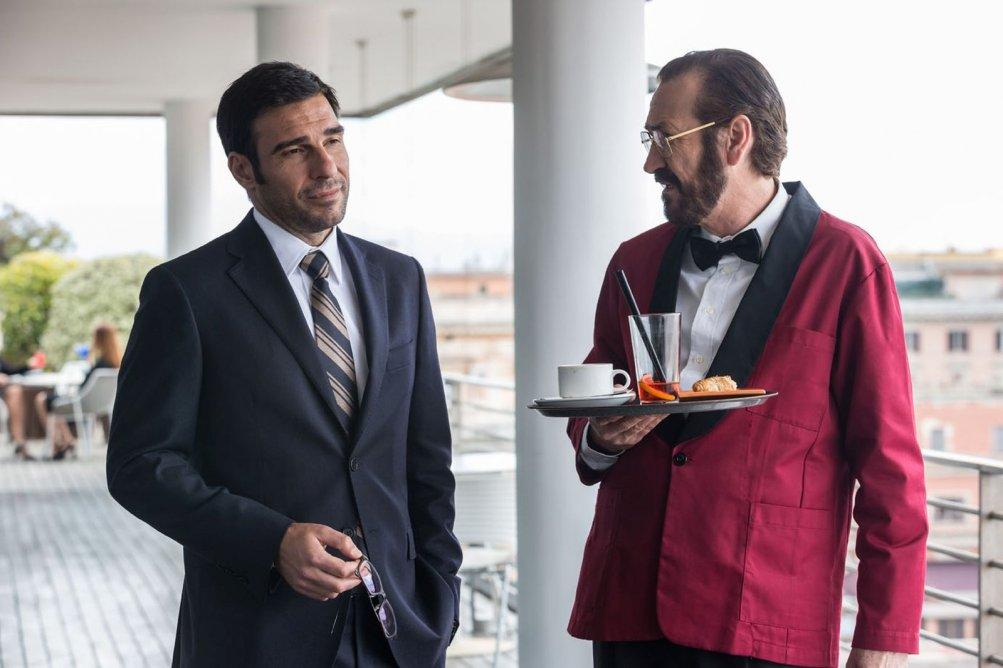 Loro Chi?: Marco Giallini ed Edoardo Leo in una scena del film