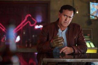 Ash vs. Evil Dead: il protagonista Bruce Campbell in una scena del pilot
