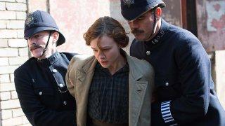 Suffragette: Carey Mulligan portata via da due poliziotti in un momento del film