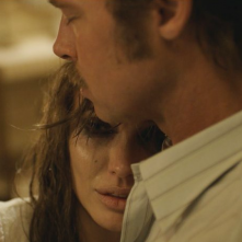 By the Sea: Brad Pitt e Angelina Jolie in un intenso momento del film
