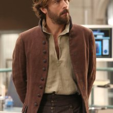 Bones: Tom Mison in una foto di The Resurrection of the Remains, episodio crossover con Sleepy Hollow