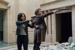 Sleepy Hollow: Nicole Beharie e Tom Mison in una foto dell'episodio Dead Men Tell No Lies, crossover con Bones