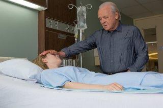Premonitions: Abbie Cornish e Anthony Hopkins in una scena del film