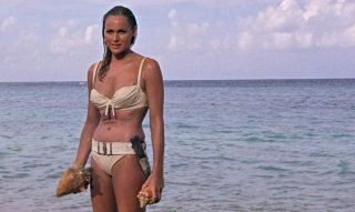 007 Licenza di uccidere, la celebre scena con Ursula Andress in bikini