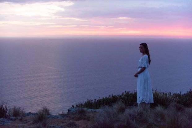 The Light Between Oceans: Alicia Vikander sulla scogliera nella prima immagine del film