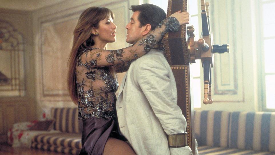 Sophie Marceau e Pierce Brosnan in 007, il mondo non basta