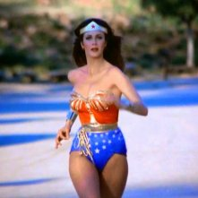Wonder Woman: Lynda Carter corre dietro ai nemici