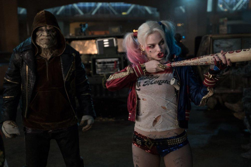 Suicide Squad: Adewale Akinnuoye-Agbaje e Margot Robbie in una foto del film