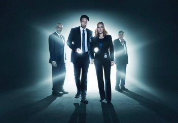 X-Files: Mitch Pileggi, David Duchovny, Gillian Anderson e William B. Davis in una foto promozionale