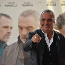 Giorgio Panariello scherza con i fotografi al photocall di Uno per tutti