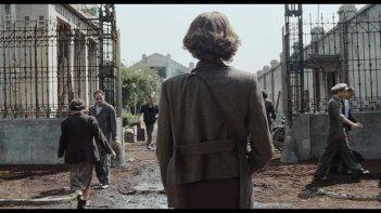 Antonia: la protagonista Linda Caridi (di spalle) in una scena del film