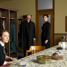 Brooklyn: Saoirse Ronan e Jim Broadbent in un momento del film