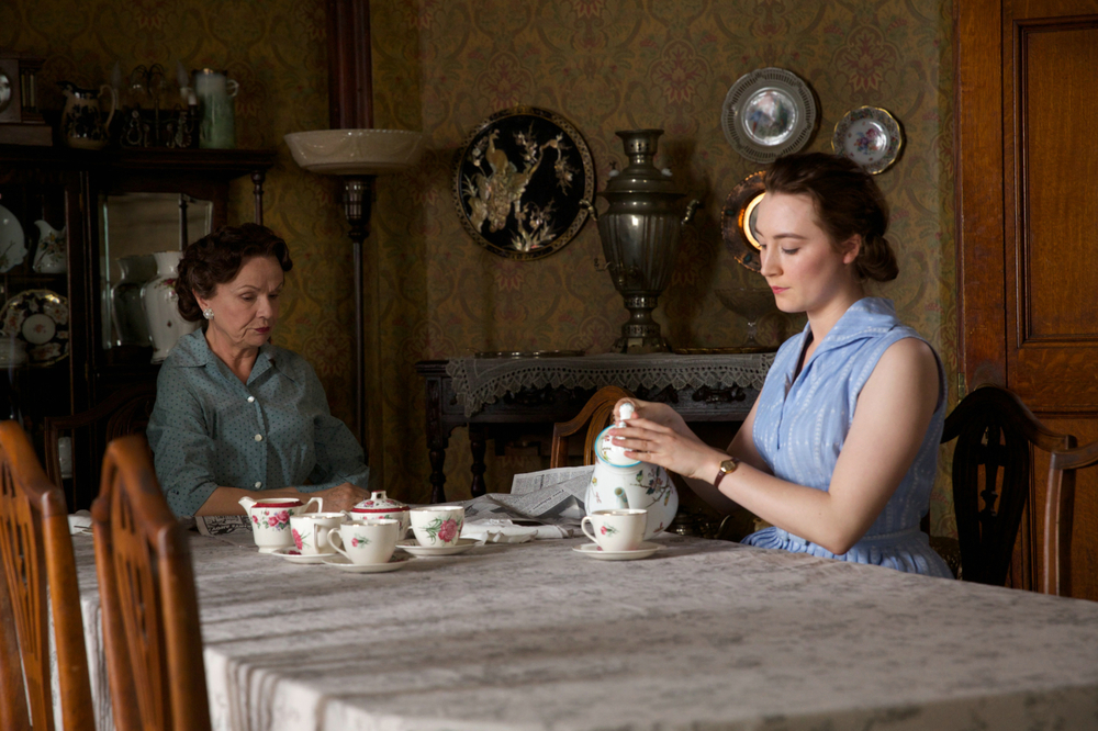 Brooklyn: Saoirse Ronan e Julie Walters in una scena del film