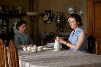 Brooklyn: Saoirse Ronan e Julie Walters in una scena del film