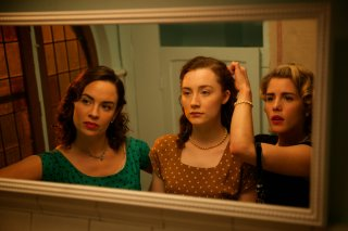 Brooklyn: Saoirse Ronan, Nora-Jane Noone ed Emily Bett Rickards in un'immagine del film