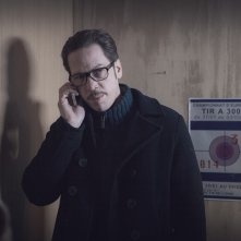 Through the Air: Reda Kateb al telefono in una scena del film
