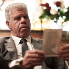 Moonwalkers: Ron Perlman in una scena del film