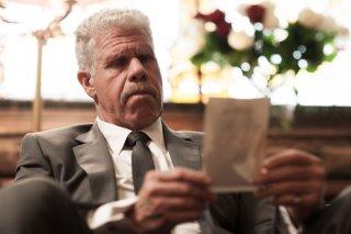Moonwalkers: Ron Perlman in una scena del film