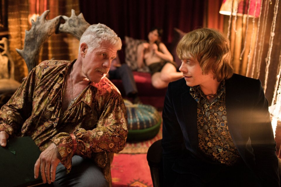 Moonwalkers: Ron Perlman e Rupert Grint in una scena del film