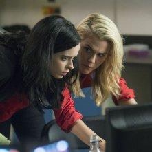 Jessica Jones: Krysten Ritter e Rachael Taylor in una scena della serie