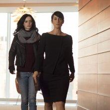 Jessica Jones: le attrici Krysten Ritter e Carrie-Anne Moss in una foto della serie