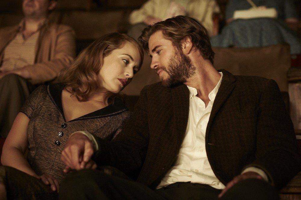The Dressmaker: Kate Winslet e Liam Hemsworth insieme in una scena del film