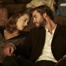 The Dressmaker: Kate Winslet e Liam Hemsworth insieme in una scena del film