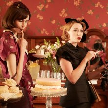 The Dressmaker: Sarah Snook (a destra) in una scena del film