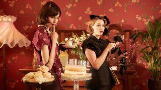 The Dressmaker: Sarah Snook (a destra) in una scena del film