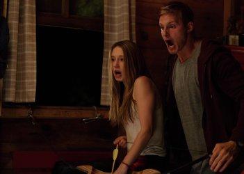 The Final Girls: Taissa Farmiga e Adam DeVine in una scena del film