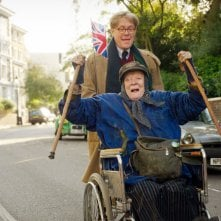 The Lady in the Van: Roger Allam e Maggie Smith in una scena del film