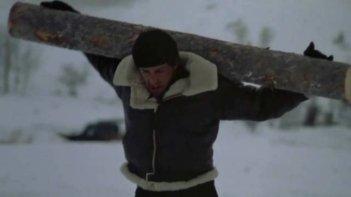 Rocky IV: Sylvester Stallone si allena correndo con un tronco sulle spalle