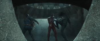 Captain America: Civil War: un momento dello scontro tra Cap, Iron Man e Bucky nel primo trailer del film Marvel