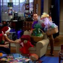 The Big Bang Theory: Jim Parsons e Kaley Cuoco in una scena natalizia