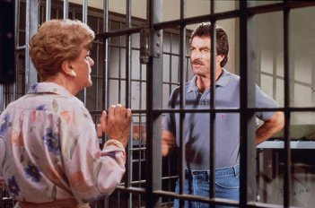 Angela Lansbury e Tom Selleck in una foto del crossover tra La signora in giallo e Magnum P.I.