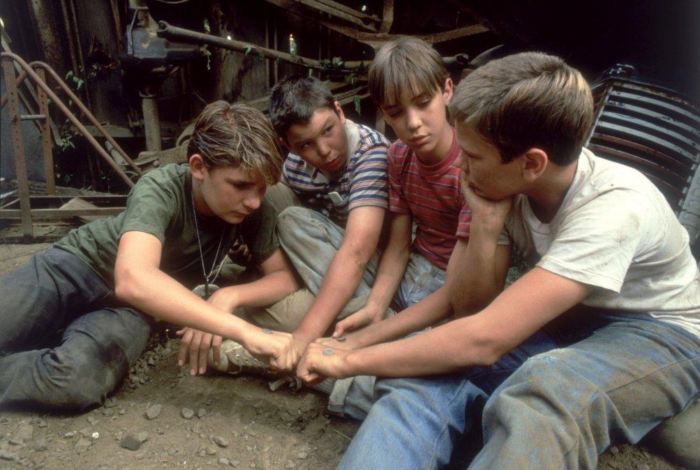 Corey Feldman, Jerry O'Connell, Wil Wheaton e River Phoenix nel film Stand by me - Ricordo di un'estate